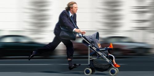Berufstätiger Mann mit Kinderwagen im Stress / A stressed out employed man with a buggy.